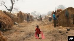 Un enfant marche dans le camp de réfugiés de Kaga-Bandoro, en Centrafrique, le 16 février 2016.