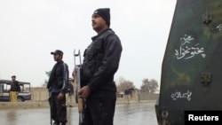 فوجی کیمپ کی طرف جانے والے راستوں پر تعینات سکیورٹی اہلکار