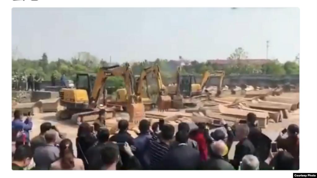 江西某地焚烧从村民家抢来的棺木(推特图片)