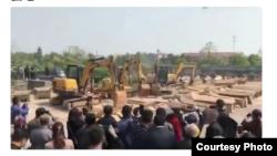 江西某地焚燒從村民家搶來的棺木 (推特圖片)