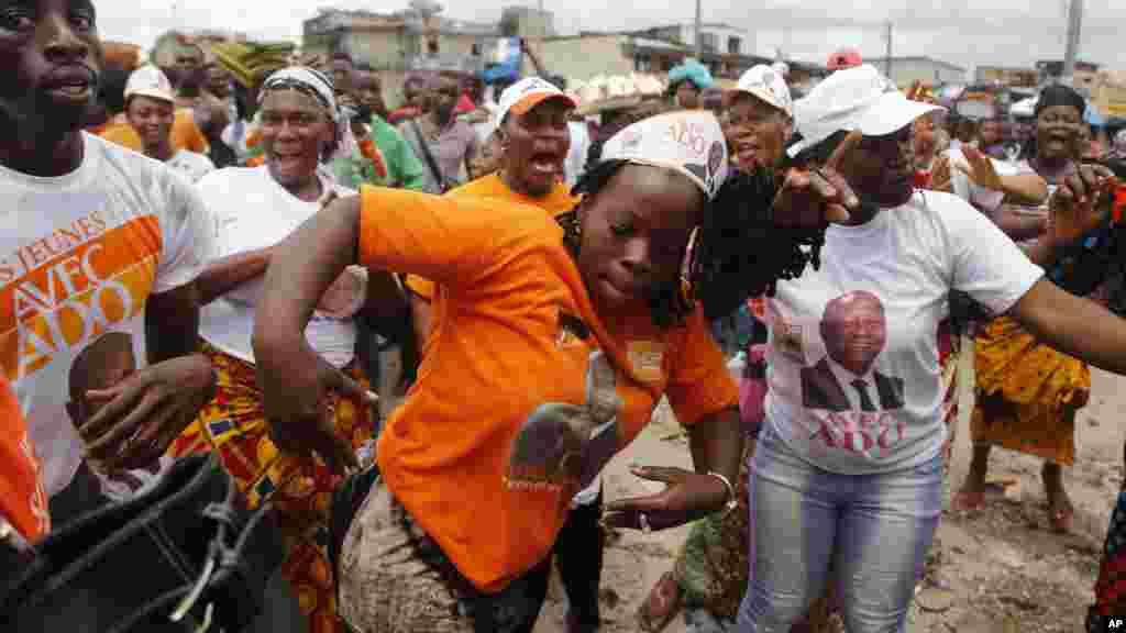 Scène de joie des partisans du président sortant ivoirien Alassane Ouattara après la publication des résultats provisoires de l'élection présidentielle, à Abidjan, Côte d'Ivoire, 28 octobre 2015.