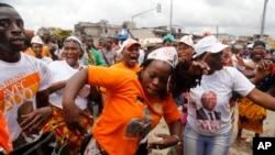 Une manifestation dans un marché local à Abidjan, Côte d'Ivoire, 28 octobre 2015.