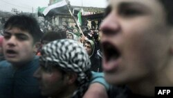 Người biểu tình Syria hô khẩu hiệu chống chính phủ tại làng Kansafra trong tỉnh Idlib, ngày 9/12/2011