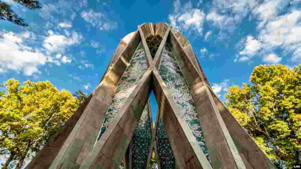 یکی از جاذبه های نیشابور و خراسان، آرامگاه خیام نیشابوری است که در دوره پهلوی ساخته شد. طراح آن مهندس هوشنگ سیحون است. عکاس : هادی نوید، ایلنا