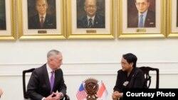 22일 인도네시아를 방문한 짐 매티스 미국 국방장관(왼쪽)이 렌토 마르수디 인도 외교장관과 회담했다.