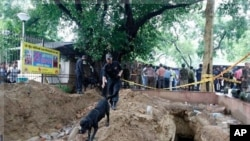 印度警方在新德里法院爆炸現場進行調查工作。