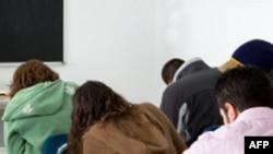 学生参加课堂考试