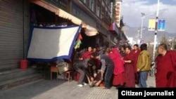 2012年10月23日,拉卜楞僧人和百姓在街头阻止当局取走自焚而死的多杰仁青的遗体,他们把烧焦的遗体送回死者的家(民众向美国之音藏语组提供)