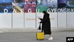 2020年2月26日韩国大邱火车站戴防护口罩的行人。