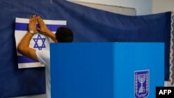 پانچ بار وزیر اعظم رہنے والے بنیامین نیتن یاہو اور سابق آرمی چیف بینی گانتز کے درمیان کانٹے کا مقابلہ متوقع ہے۔