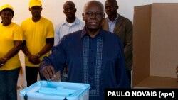 Le président José Eduardo dos Santos glisse un bulletin dans l'urne à Luanda, Angola, 31 août 2012.