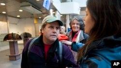 러시아에 억류됐다 풀려난 환경단체 '그린피스' 소속 미국인 피터 윌콕스가 27일 상트페테르스부르크에서 미국 행 항공기 탑승을 기다리고 있다.