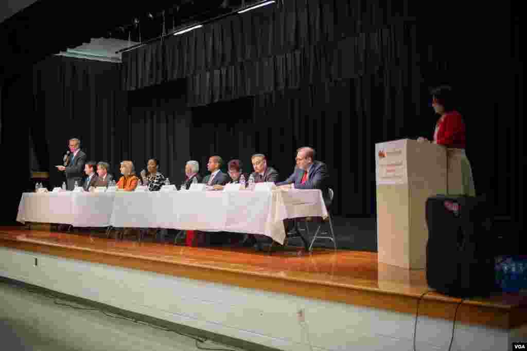 民主、共和两党10位国会议员候选人参加了华人社区组织的论坛。(美国之音记者方正拍摄)