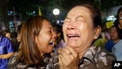 13일 태국 왕실이 푸미폰 아둔야뎃 국왕의 서거를 발표한 직후, 태국 수도 방콕의 시리라지 병원 앞에서 푸미폰 병세 회복을 기원하던 시민들이 격한 반응을 보이고 있다.
