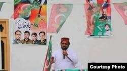 پاکستان تحریک انصاف کے امیدوار ایک سیاسی میٹنگ سے خطاب کرتے ہوئے