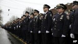 Polisi New York memberi penghormatan dalam upacara pemakaman Wenjian Liu di Brooklyn, New York (4/1).