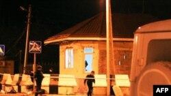 Інспектори поліції перевіряють контрольно-пропускний пункт, на який здійснено атаку