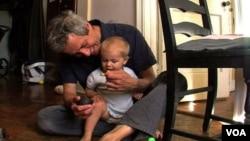 아이를 돌보는 한 미국 가정의 아버지 (자료사진)