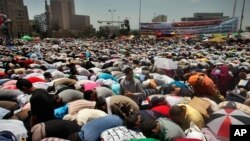 Kahire'nin Tahrir meydanı, çoğu İslamcı binlerce protestocuyla dolup taşıyor. Göstericiler, geçen haftasonu yapılan seçimlerin ikinci turunun sonuçlarının derhal açıklanmasını istiyor ve orduyu yönetimi ele geçirmeye çalışmakla suçluyor