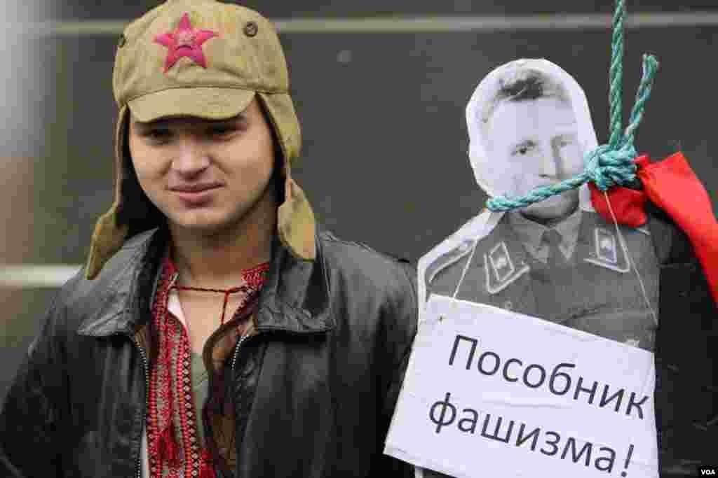 Здесь же, у памятника Ленину, представители Коммунистической партии «казнили» макеты, как они говорят, фашистских пособников – националистов Степана Бандеры и Романа Шухевича