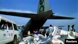 Un avion en train d'être chargé dans un aéroport au centre de l'Angola, 5 novembre 1994.