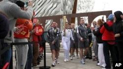Obor Olimpiade dibawa dari Titanic Quarter di Belfast, Irlandia Utara menuju kota-kota di sepanjang pesisir County Down (3/6).