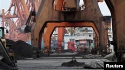지난 2010년 12월 중국 단둥항 노동자들이 북한으로 부터 수입한 석탄을 화물차에 싣기 위해 기다리고 있다. (자료사진)