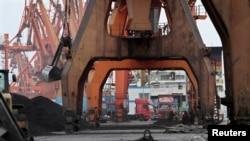 지난 2010년 12월 중국 단둥항 노동자들이 북한으로 부터 수입한 석탄을 트럭에 싣기 위해 기다리고 있다. (자료사진)