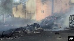 En esta imagen entregada por la ciudad de Carlstadt, New Jersey, se ve humo elevándose después que un jet se estrellara sobre un edificio cerca del Aeropuerto Teterboro, el lunes, 15 de mayo de 2017.