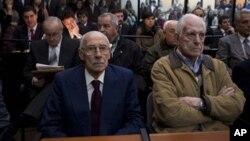 Mantan diktator Argentina Jorge Rafael Videla (kiri) dan Reynaldo Bignone menunggu keputusan hakim di pengadilan Buenos Aires, Argentina (5/7).