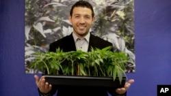 Jalil Moutawakkil, fundador de KindPeoples, que cultiva marihuana, fabrica productos cannábicos posa para una foto en su dispensario de Santa Cruz, California.