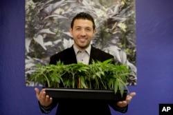 Khalil Moutawakkil, cofundador y CEO de KindPeoples, posa para un retrato con algunas plantas de marihuana en su dispensario en Santa Cruz, California. 29 de diciembre de 2017.