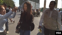 Dressed in black-colored T-shirt, Khom Chandaraty, known as Srey Mom, walks to the Phnom Penh Municipal Court, on Tuesday, April 19, 2016. (Hul Reaksmey/VOA Khmer)
