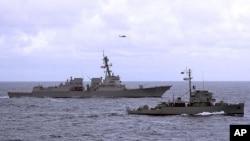 美國導彈驅逐艦鍾雲號與一艘菲律賓海軍護衛艦在聯合訓練中
