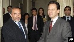 Ο Υπουργός Εξωτερικών του Ισραήλ, Άβικγντορ Λήμπερμαν, με τον Υπουργό Εξωτερικών της Ελλάδας, Δημήτρη Δρούτσα.