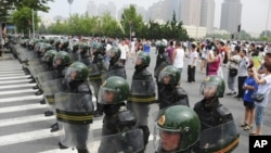 大连居民示威抗议福佳化工厂时,人民广场上的防暴警察