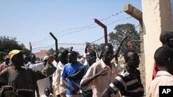 南蘇丹人民排隊領取糧食援助。