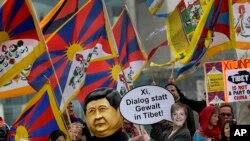Biểu tình trong thủ đô Berlin, kêu gọi Trung Quốc đối thoại thay vì dùng bạo lực ở Tây Tạng, khi Chủ tịch Trung Quốc Tập Cận Bình đến thăm nước Đức, 28/3/14