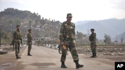 Indian army soldiers walk near the Line of Control (LOC) trade center at the Chakan Da Bagh, in Poonch, 245 kilometers (152 miles) northwest of Jammu, India, Janaury 14, 2013.