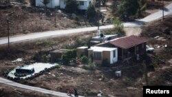 Seorang perempuan mendorong kereta bayi di jalanan dekat perumahan di wilayah Havar Gilad, selatan kota Nablus, Tepi Barat, 5 November 2013 (Foto: dok). Tentara Palestina dilaporkan mulai menggrebek rumah-rumah di kota dan kamp-kamp pengungsi, Senin (2/11).