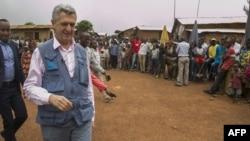 Balozi wa UN anayeshughulika na wakimbizi Filippo Grandi akitembelea kambi ya wakimbizi ya Gihembe, Byumba, Kusini mwa Rwanda ambapo wakimbizi 12,000 kutoka Congo wanaishi hapo tangu 1997.