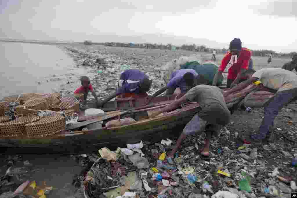 طوفان 'ارما' کے پیش نظر ہیٹی کے ساحل پر مچھیرے اپنی کشتی سمندر سے نکال رہے ہیں