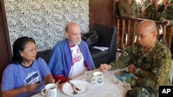 Mayjen Corleto Vinluan (kanan), bersama warga Inggris yang diselamatkan, Allan Hyrons (tengah) dan istrinya (warga Filipina), Wilma di kamp militer Filipina, Jolo, provinsi Sulu, Filipina, 25 November 2019. (Foto: Angkatan Bersenjata Filipina, Satuan Tugas Gabungan Sulu via AP)