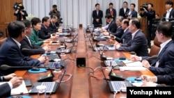 박근혜 한국 대통령(왼쪽 가운데)이 29일 청와대에서 열린 수석비서관회의에서 발언을 하고 있다.