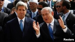 El primer ministro israelí Benjamin Netanyahu (derecha) conversa animadamente con el secretario de Estado, John Kerry.