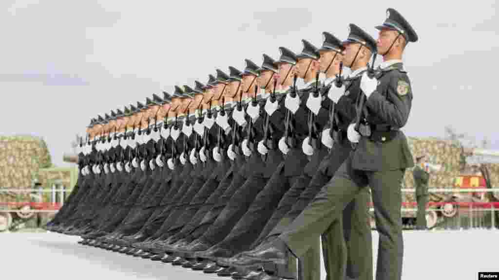 Binh sĩQuân đội Giải phóng Nhân dân Trung Quốctập dượt chuẩn bị cho cuộc diễu hành quân sựđánh dấu kỷ niệm 70 năm kết thúc Thế chiến II tại một căn cứ quân sự ở Bắc Kinh, ngày 1/9/2015.