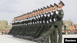 1일 중국 베이지에서 의장대가 전승절 기념 열병식을 연습하고 있다.