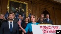 Chủ tịch Hạ viện Nancy Pelosi cầm biểu ngữ phản đối tuyên bố tình trạng khẩn cấp do Tổng thống ban hành tại biên giới Mỹ-Mexico.