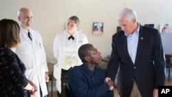 El vicepresidente Mike Pence acompañado de su esposa Karen visitan a militares que se están recuperando de múltiples heridas en el centro médico militar Walter Reed.