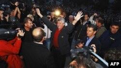 Ilija Jurišić pozdravlja okupljene građane po dolasku u Tuzlu